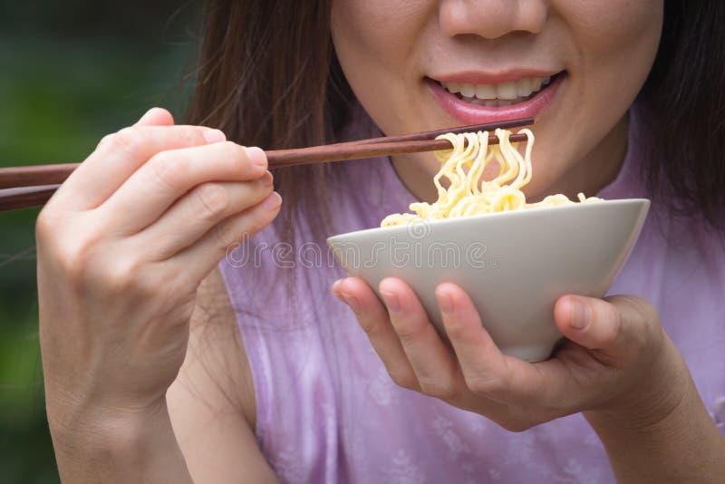 Femme mangeant la nouille images stock
