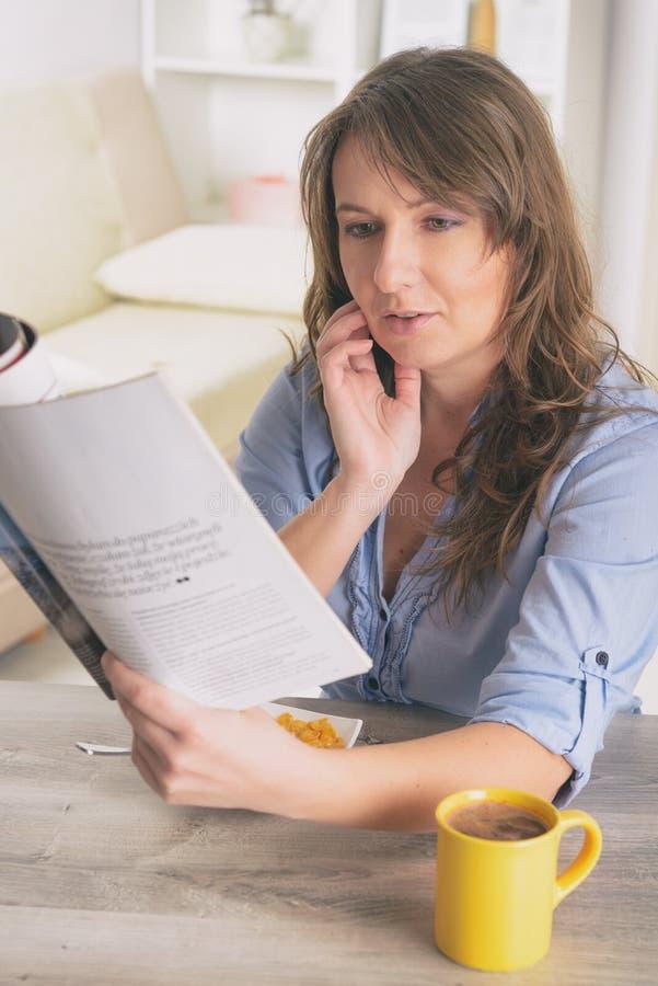 Femme mangeant le déjeuner à la maison photo libre de droits