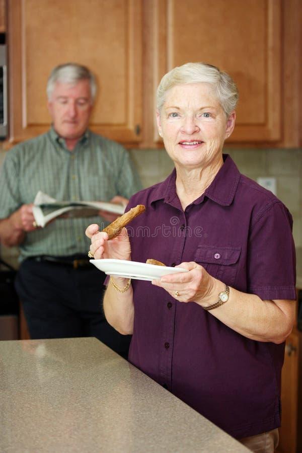 Femme mangeant le déjeuner photo libre de droits