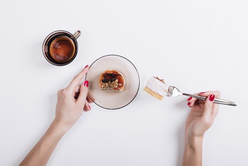 Femme mangeant le gâteau et buvant du thé image libre de droits