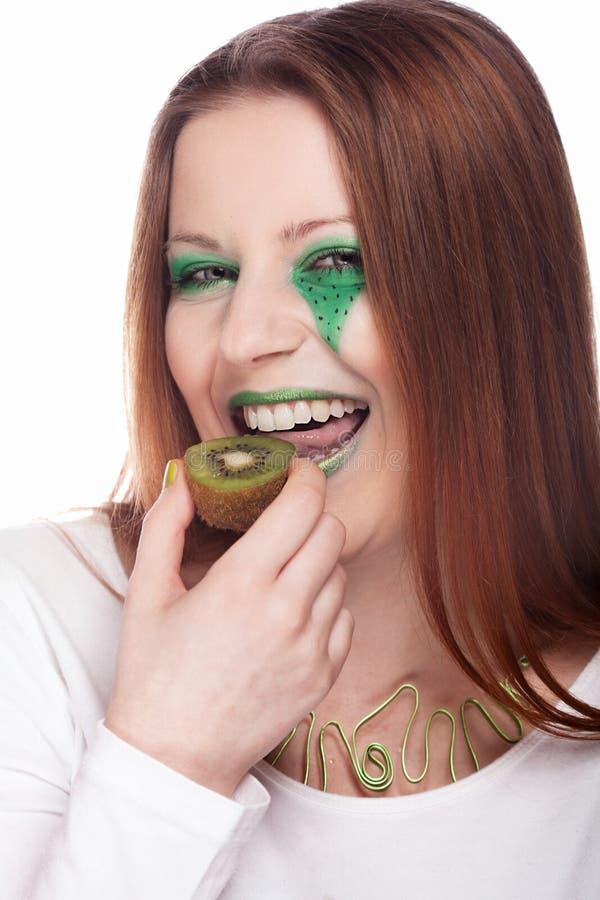 Femme mangeant le kiwi images stock