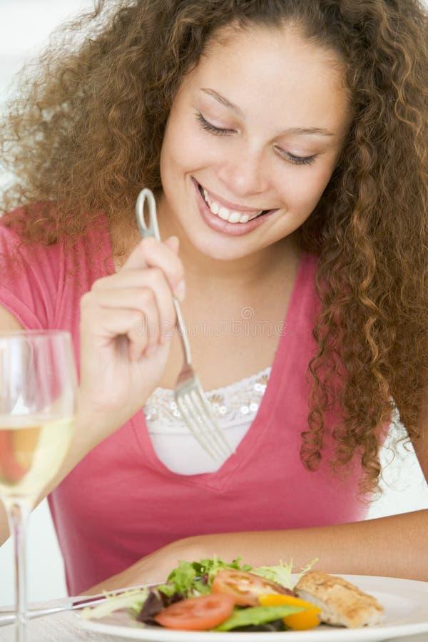 Femme mangeant le repas, mealtime avec une glace de vin image libre de droits