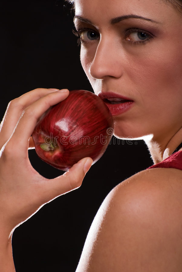 Femme mangeant une pomme photo libre de droits