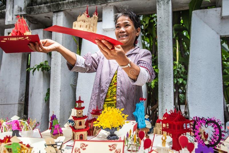 Femme, marchand ambulant des cartes postales 3d Ho Chi Minh, Vietnam photos libres de droits