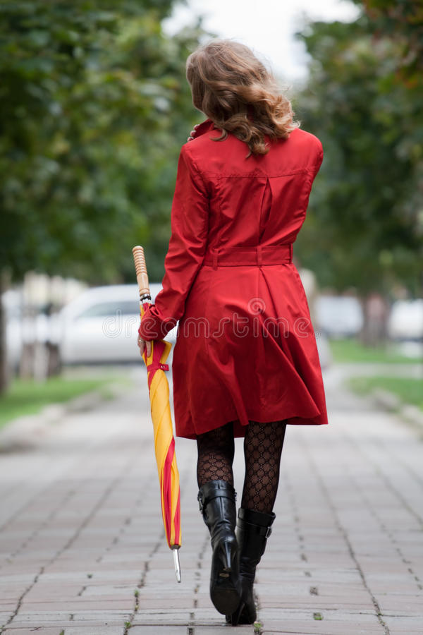 Femme marchant avec un parapluie photo libre de droits