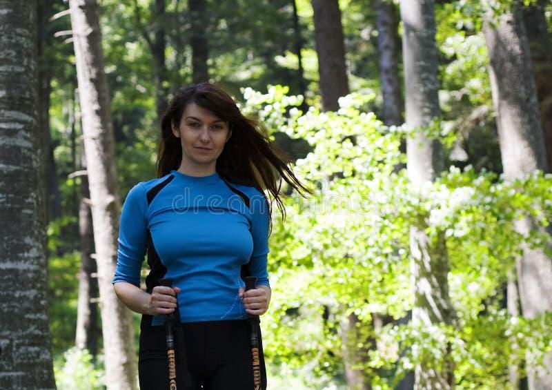Femme marchant dans la forêt images stock