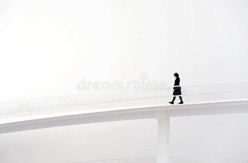 Femme marchant dans la piste photographie stock