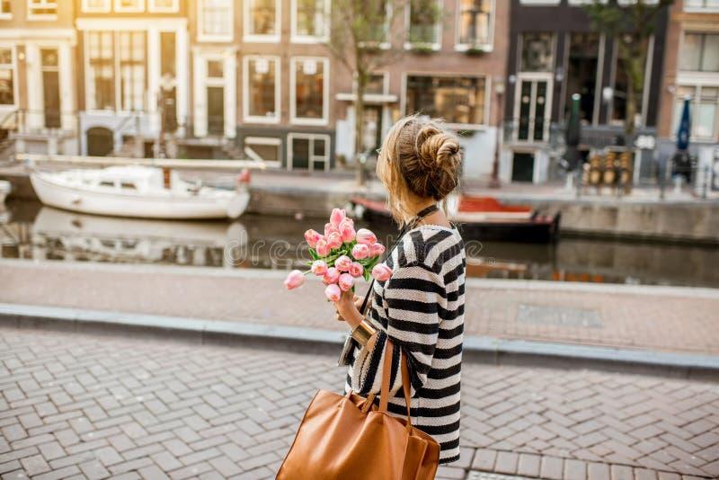 Femme marchant dans la ville d'Amsterdam photo libre de droits
