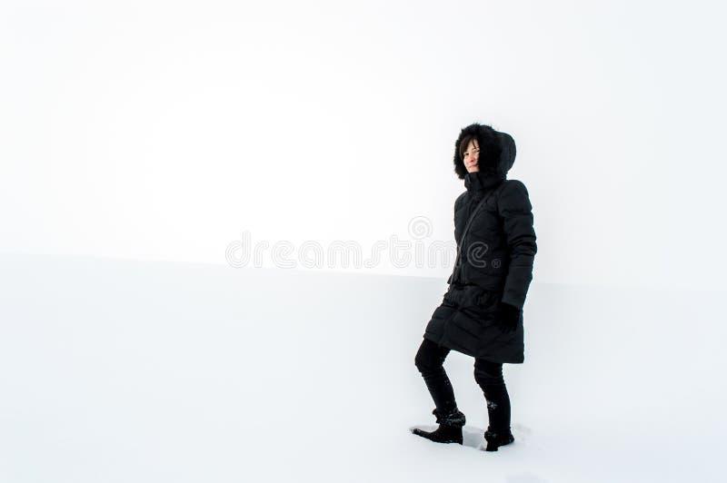 Femme marchant dans un domaine neigeux photo libre de droits