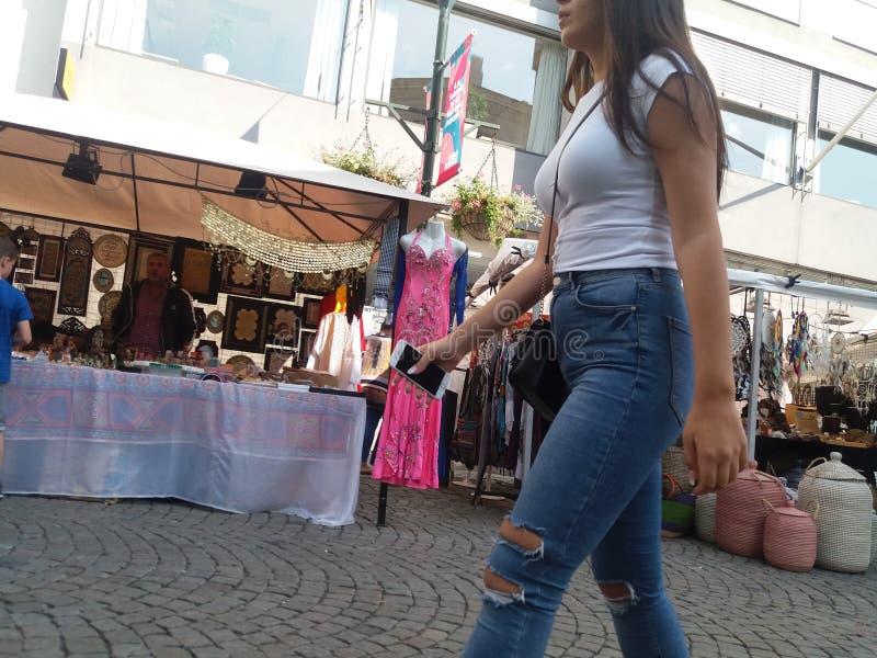 Femme marchant dans un marché image libre de droits