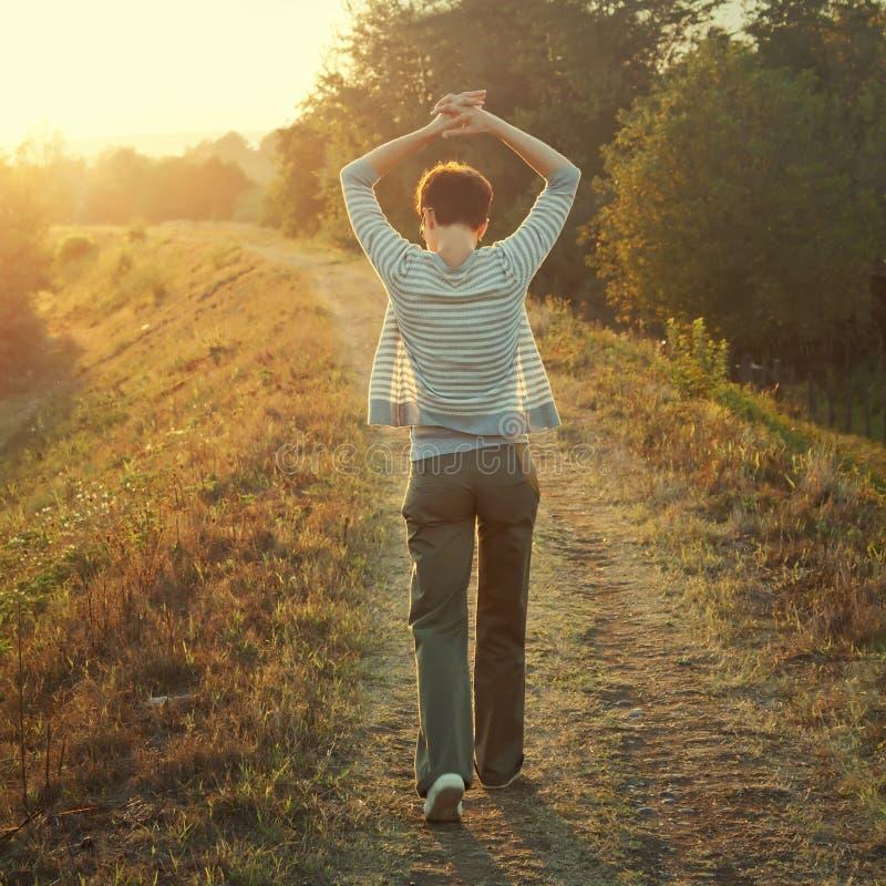 Femme marchant en nature photo libre de droits