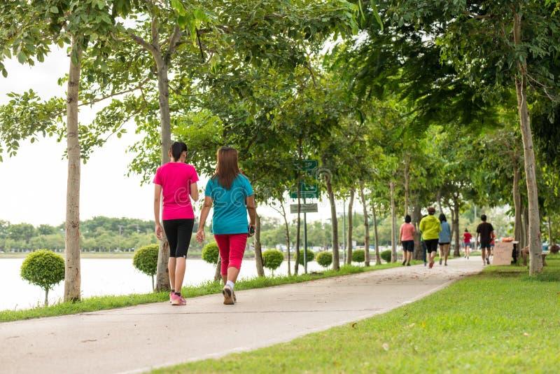 Femme marchant en parc, exercice pour sain photographie stock libre de droits