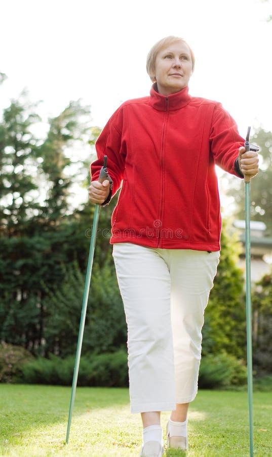 Femme marchant en stationnement photo stock