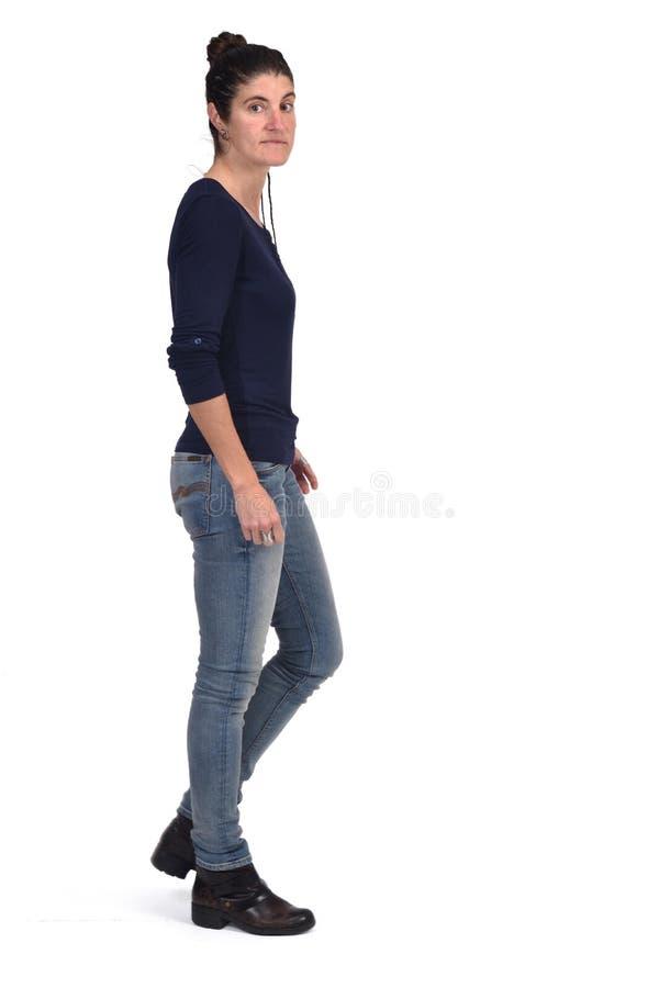Femme marchant et regardant la caméra sur le fond blanc photo libre de droits