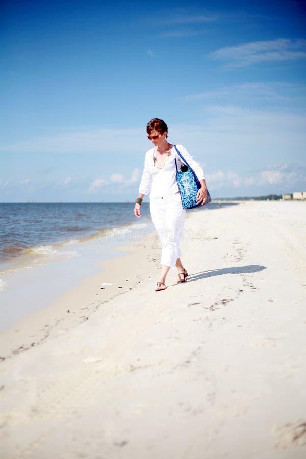 Femme marchant la plage photos libres de droits