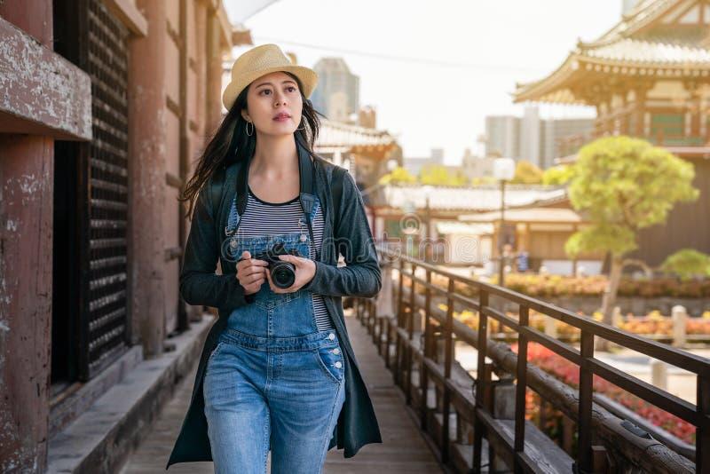 Femme marchant par le couloir dans le temple photos stock