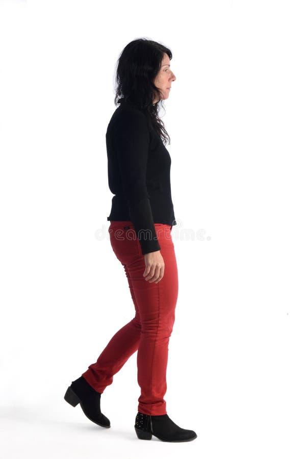 Femme marchant sur le blanc photo libre de droits