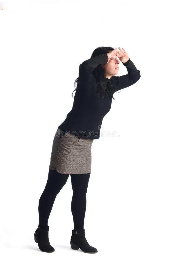 Femme marchant sur le whte images stock