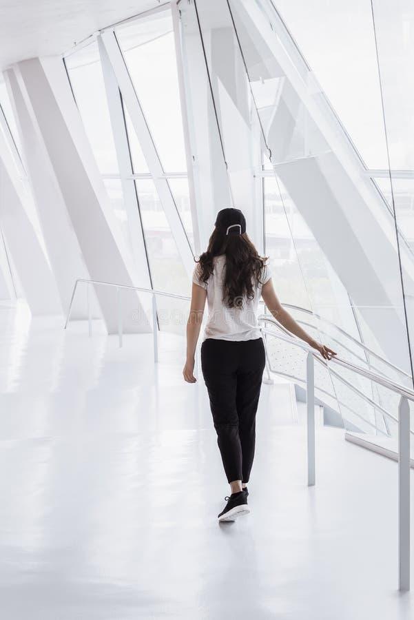 Femme marchant sur un couloir moderne photographie stock