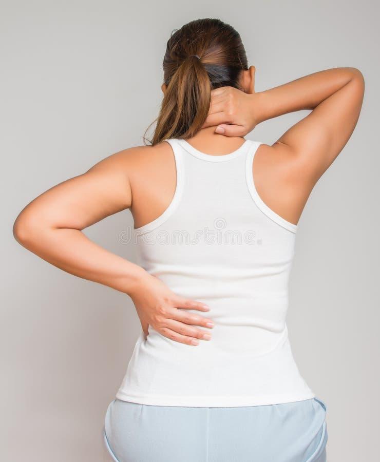Femme massant le dos de douleur image libre de droits