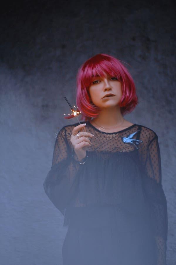 Femme merveilleuse avec les cheveux roses photos libres de droits