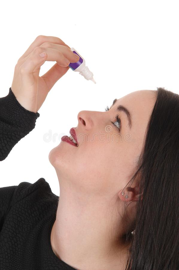 Femme mettant des gouttes pour les yeux dans ses yeux secs photos libres de droits