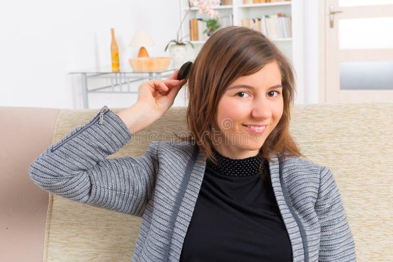 Femme mettant sur l'implant cochléaire photos libres de droits