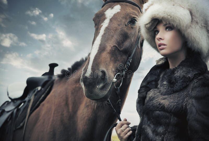 Femme mignon avec le cheval image stock