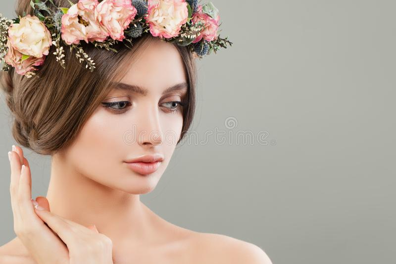 Femme mignonne avec des fleurs, portrait de station thermale d'été Beau visage photos stock