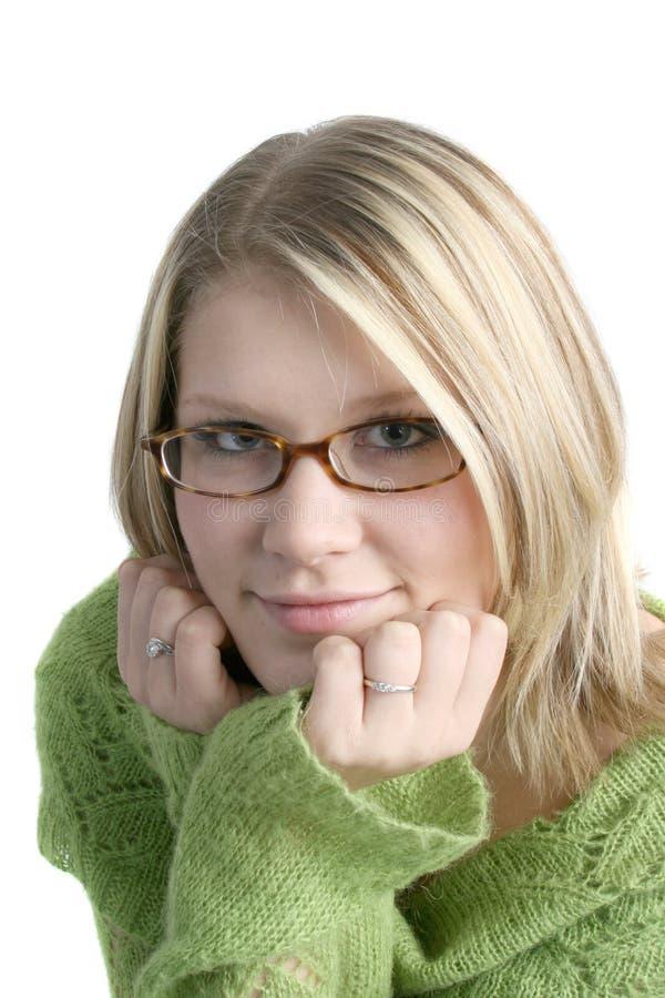 Femme mignonne avec des mains sur le menton photographie stock