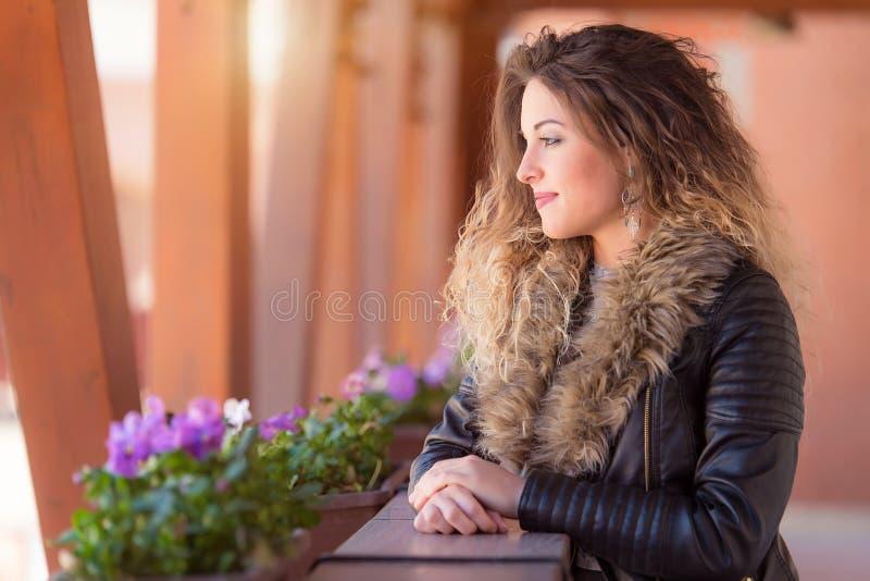 Femme mignonne détendre dans l'hôtel par jour ensoleillé photo libre de droits