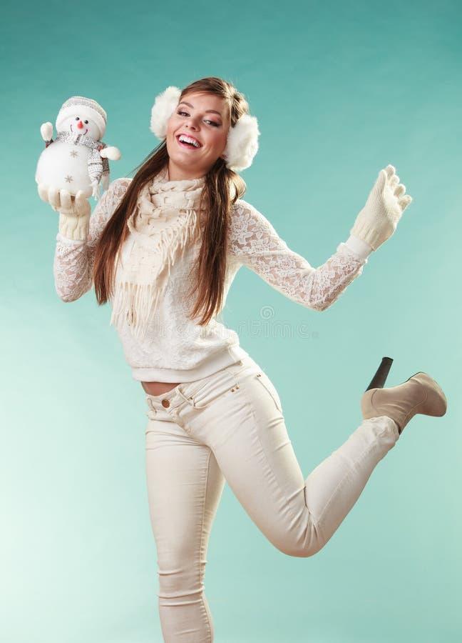 Femme mignonne de sourire avec le petit bonhomme de neige L'hiver photos stock