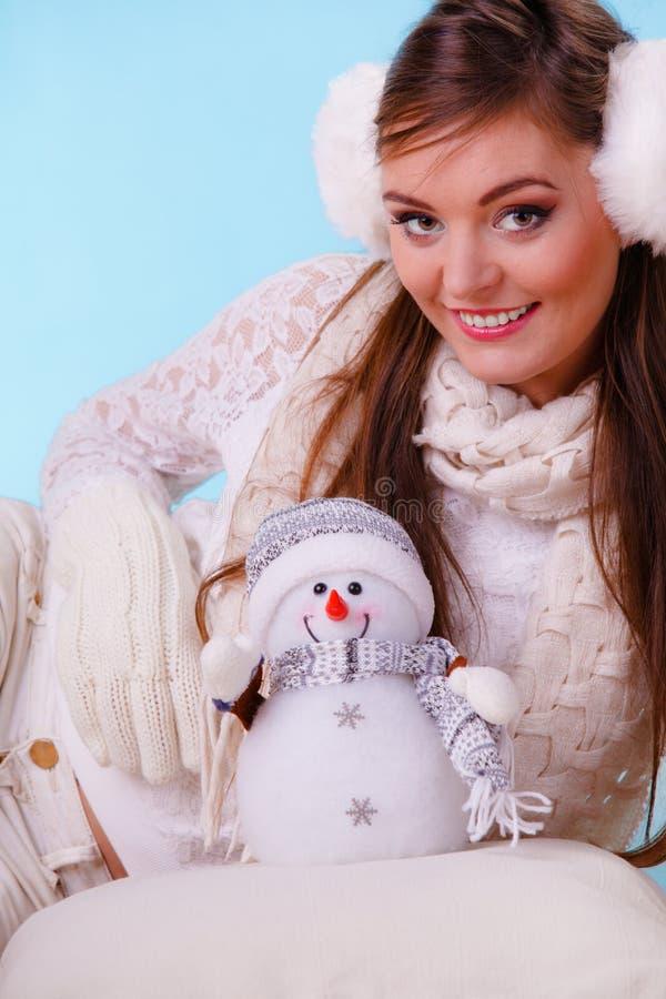Femme mignonne de sourire avec le petit bonhomme de neige L'hiver photographie stock