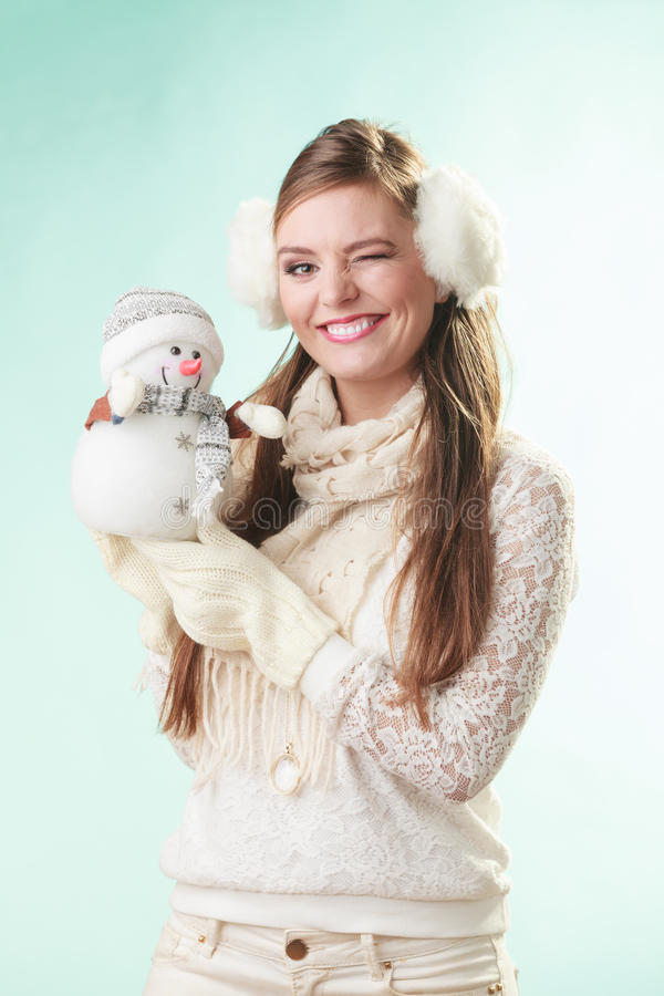Femme mignonne de sourire avec le petit bonhomme de neige L'hiver images stock