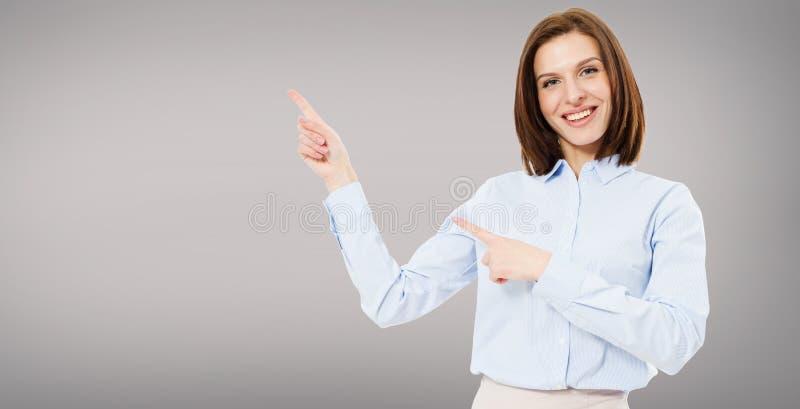 Femme mignonne moderne de brune dirigée sur le fond gris d'isolement image libre de droits