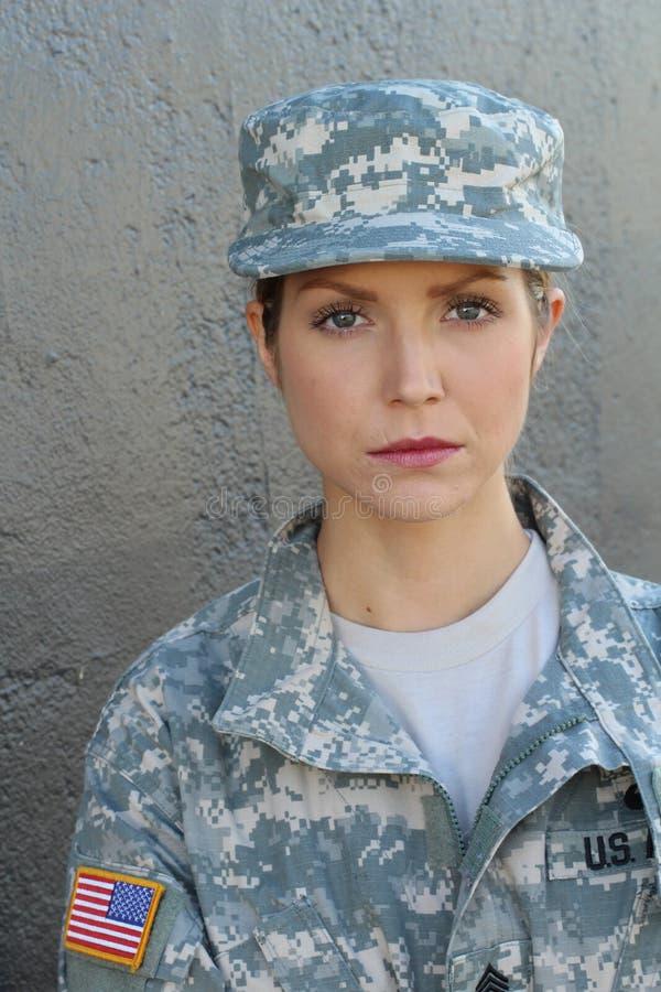 Femme militaire avec l'expression sérieuse photos libres de droits