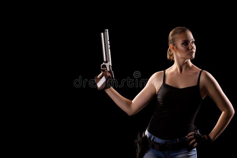 Femme militaire avec une arme à feu au-dessus de fond noir photo libre de droits