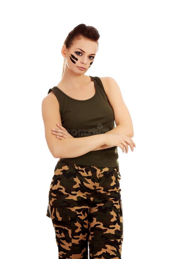Femme militaire fâchée avec les bras pliés photos libres de droits