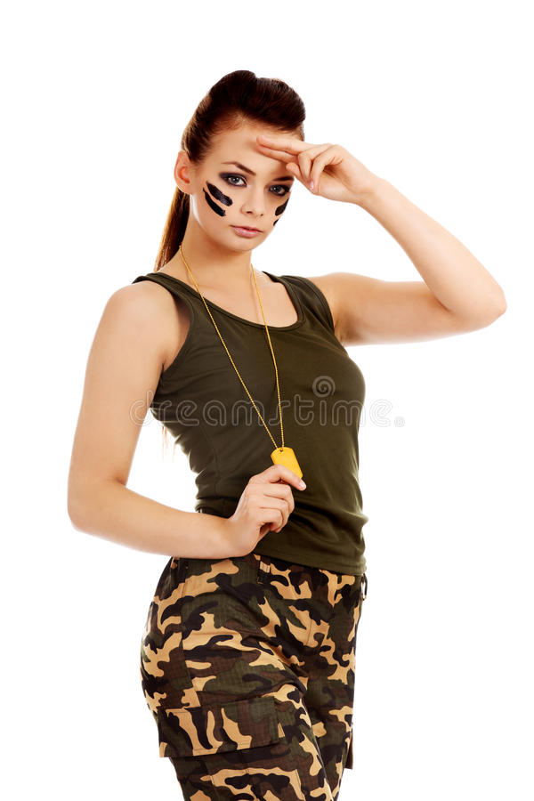 Femme militaire faisant le geste de salut photos stock