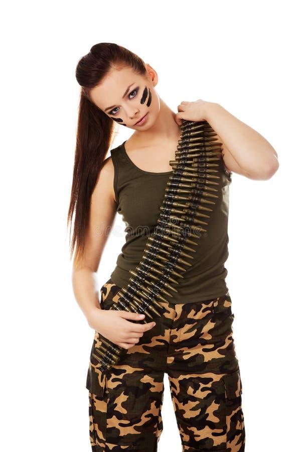 Femme militaire sérieuse avec la ceinture de balle images stock