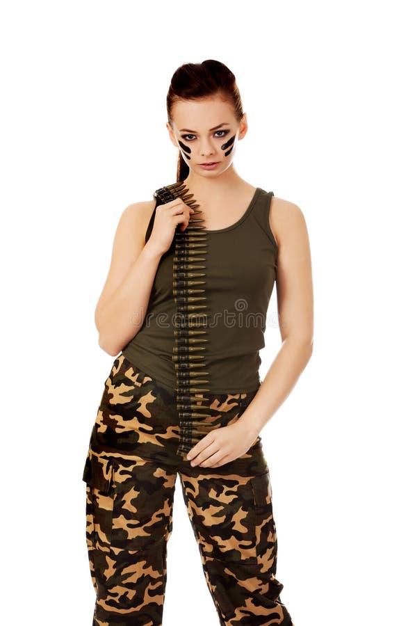 Femme militaire sérieuse avec la ceinture de balle photographie stock libre de droits