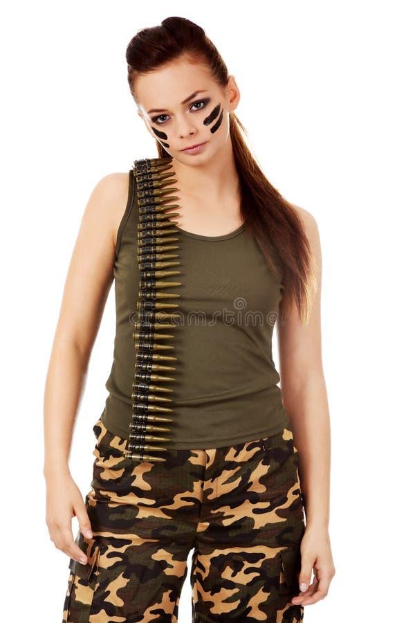 Femme militaire sérieuse avec la ceinture de balle photo stock