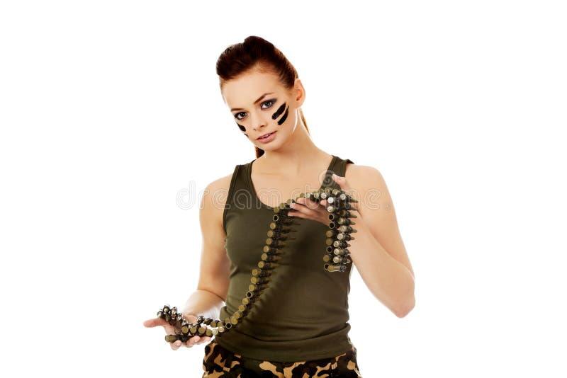 Femme militaire sérieuse avec la ceinture de balle photo libre de droits