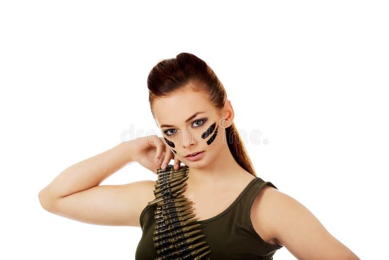 Femme militaire sérieuse avec la ceinture de balle photographie stock