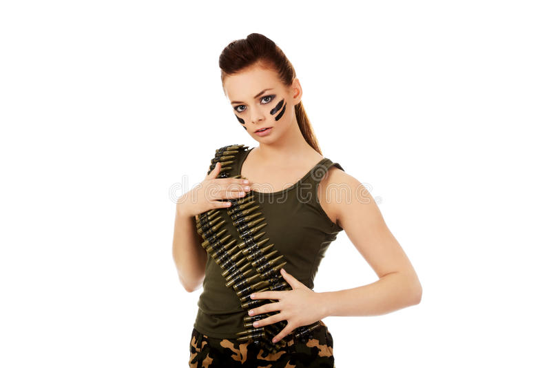 Femme militaire sérieuse avec la ceinture de balle photos stock
