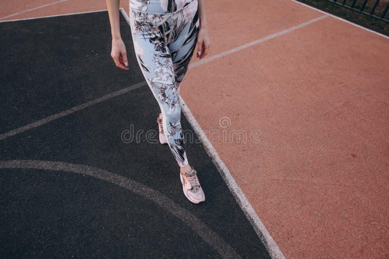 Femme mince attirante sportive image stock
