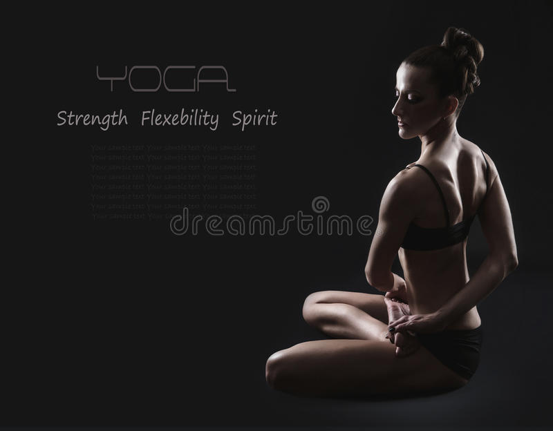 Femme mince dans la pose tordue de yoga image stock