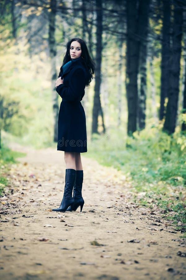 Femme mince de brunette marchant en stationnement photographie stock