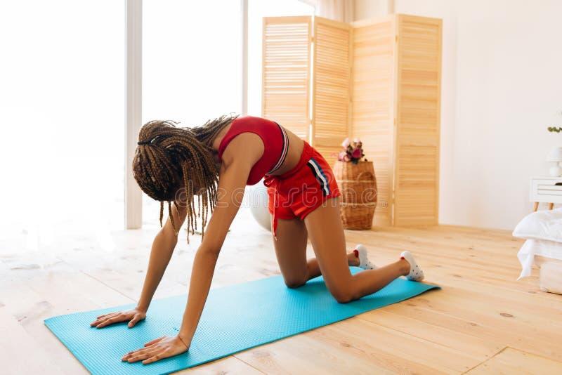 Femme mince faisant des exercices de respiration finissant la séance d'entraînement à la maison photos libres de droits