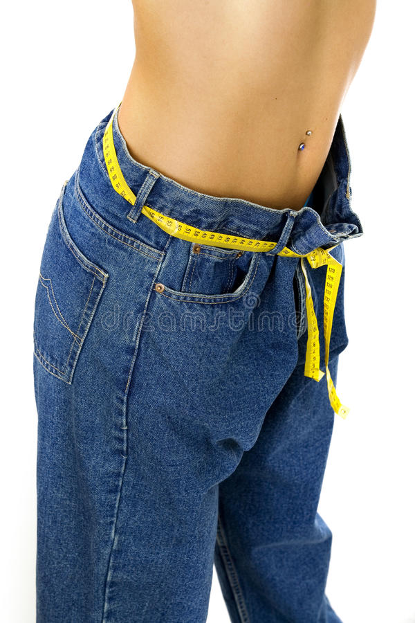 Femme mince mesurant sa taille photographie stock libre de droits
